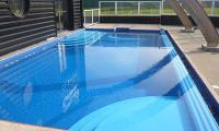 Piscine_d+®bordement_bleu_marine_delifol.JPG
